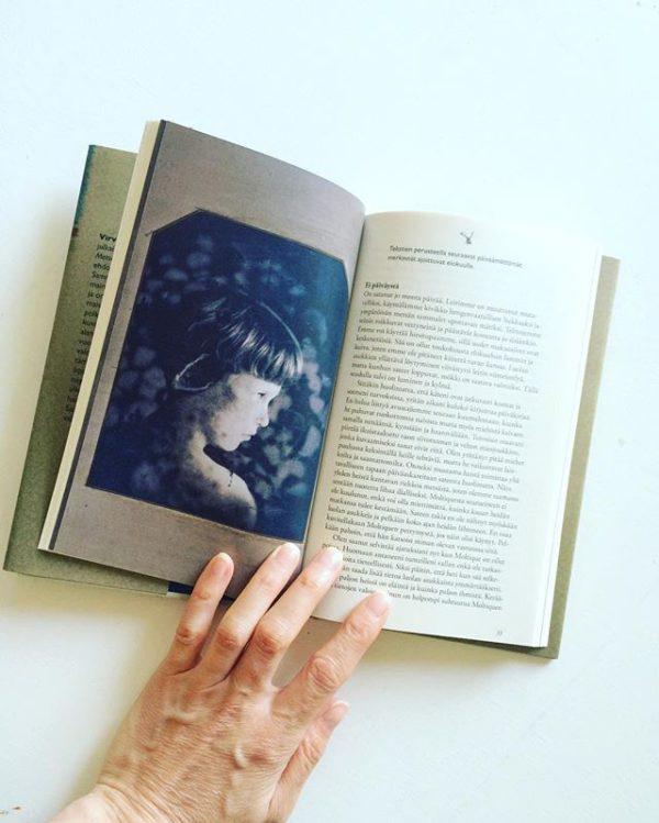 Pieni ja täyttä tavaraa. Innoittajana Pekka Nikruksen taidevalokuvat ja kuvasarjan synopsis.
