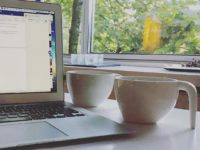 Toin kahvikupin pöytään kirjoittaakseni pari riviä, kun tajusin tuoneeni jo kahvikupin pöytään. Pari riviä oli kuitenkin kirjoittamatta.