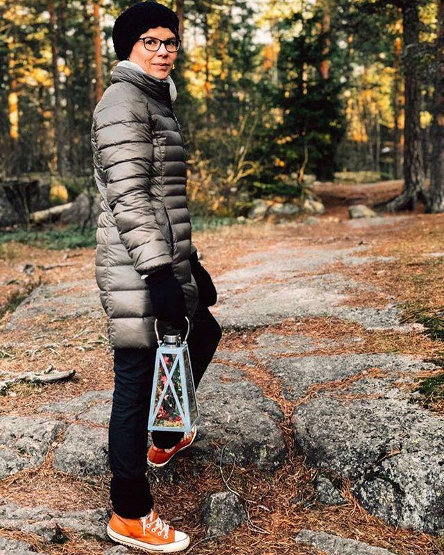 Jouluaaton kunniaksi kävimme kuvaamassa Tolkien-seuran lahjoittaman keijulyhdyn metsässä, tarujen alkukodissa. Lyhty on muisto Paflagonian perillisille myönnetystä vuoden 2016 parhaan fantasiaromaanin palkinnosta. Käveleskely ikiaikaisella kuluneella merenpohjalla mielikuvitusaarteen kanssa tulee olemaan yhdenlainen aattomuisto. Mitä muuta joulu on kuin leikkiä ja tähtipölyä?